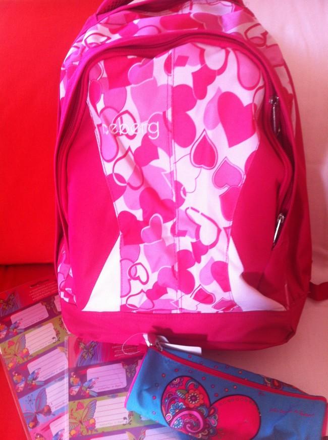 1 τυχερή μαθήτρια κερδίζει μια σχολική τσάντα, μια κασετίνα και σετ με αυτοκόλλητες ετικέτες από το infokids.gr