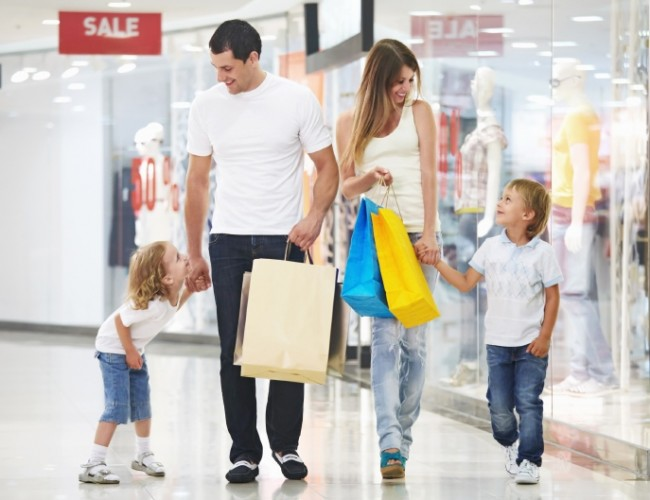Family-Shopping-in-Mall