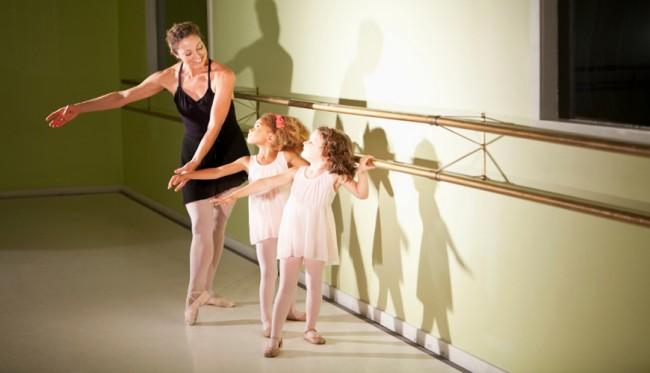Μικρές μπαλαρίνες συμμετέχουν σε ένα ανοιχτό μάθημα χορού και διεκδικούν μια υποτροφία (27/9)