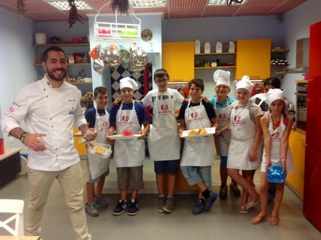 Λιλιπούτειοι σεφ εισβάλλουν στη κουζίνα του Kids Cooking Club και μαγειρεύουν νοστιμιές