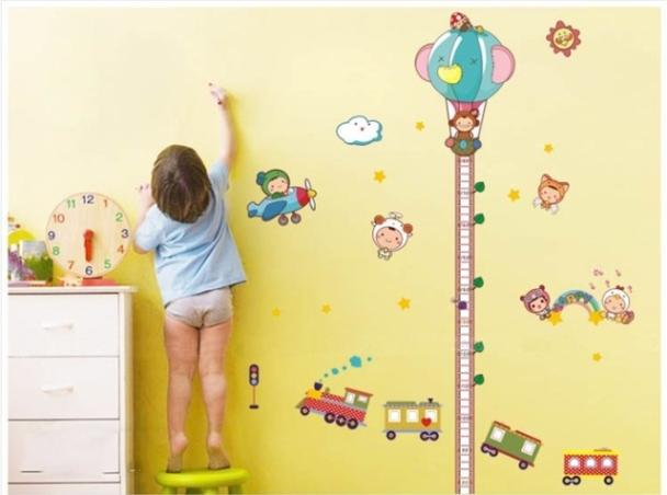 παιδάκι σημειώνει στο τοίχο