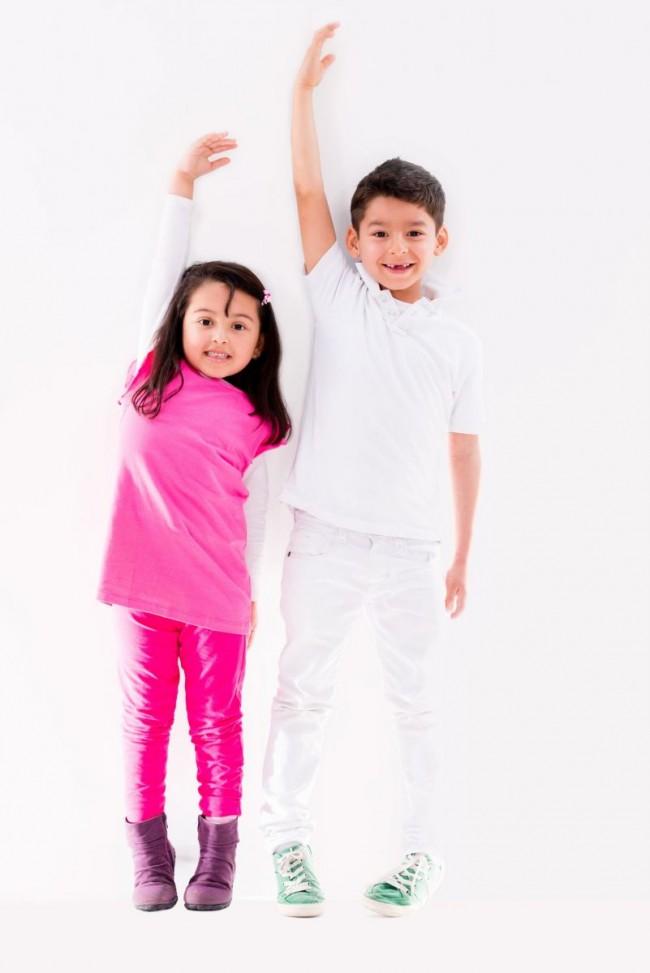 αγοράκι και κοριτάκι μετρούν το ύψος τους