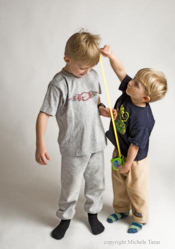 παιδί μετρά το ύψος άλλου παιδιού