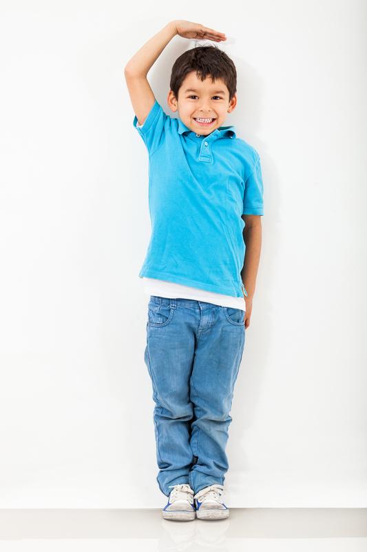 παιδί μετρά το ύψος του