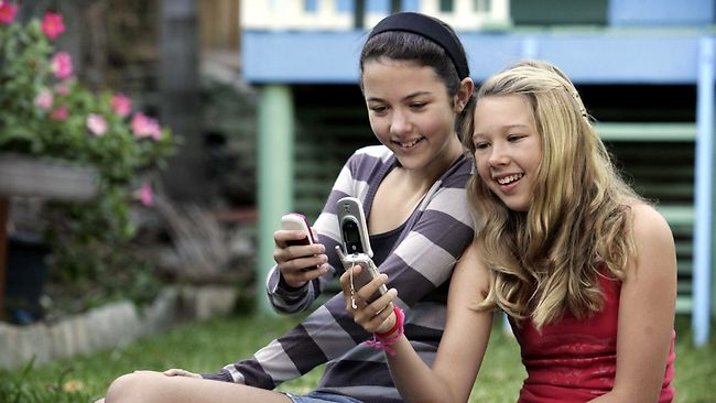 kids-with-mobile-phones
