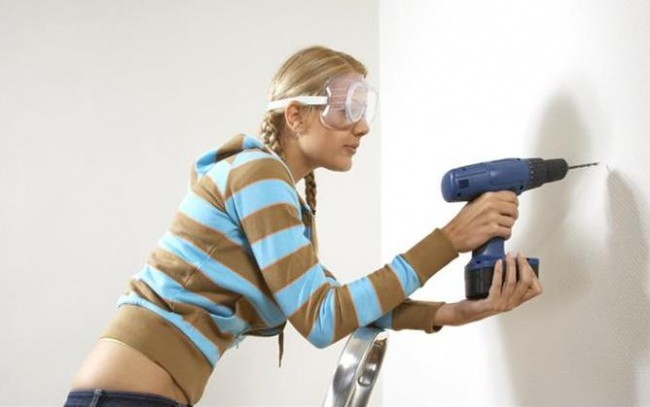 side_profile_of_a_young_woman_drilling_into_a_wall_DKI-0033-023