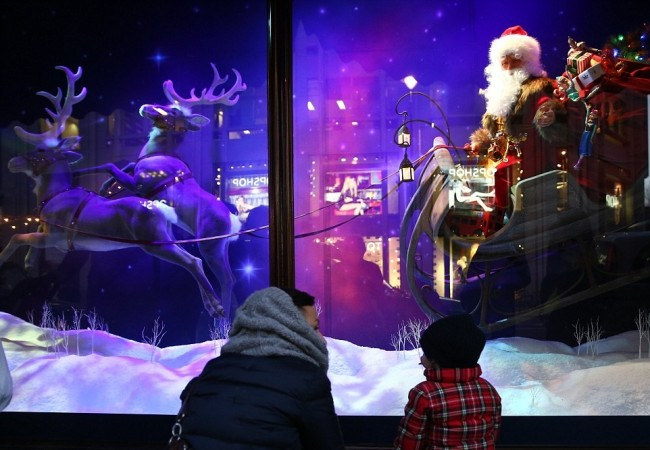 241DC2E700000578-2877494-He_is_real_Santa_made_a_second_appearance_this_time_at_Harrods-a-132_1418826487070