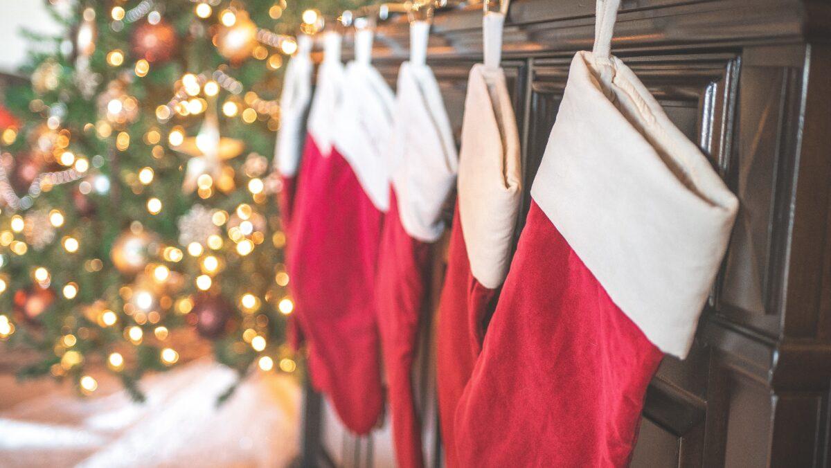 Ποια είναι η ιστορία της κάλτσας που κρεμάμε στο τζάκι τα Χριστούγεννα;