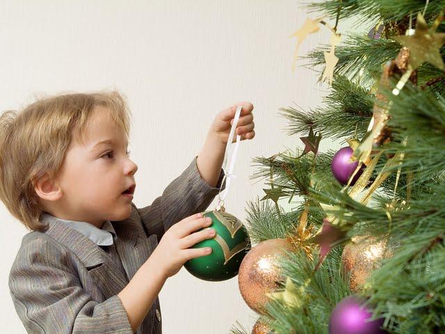 jolly-christmas--family-christmas-celebration-vol02-kids-decorating-christmas-tree--kids-christmas-wallpaper-98204