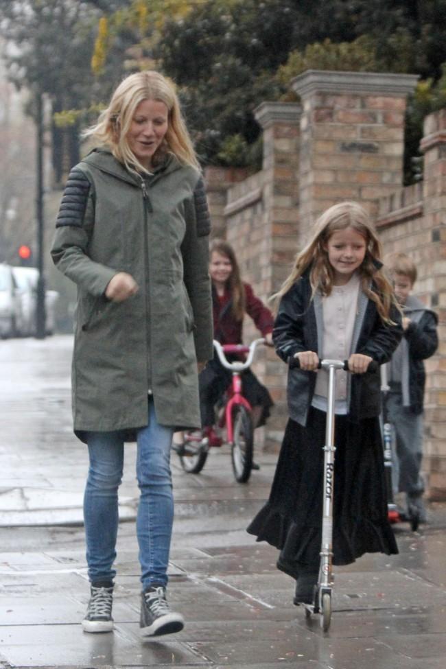 gwyneth-paltrow-kids-scootin-in-the-rain-8-960x1440