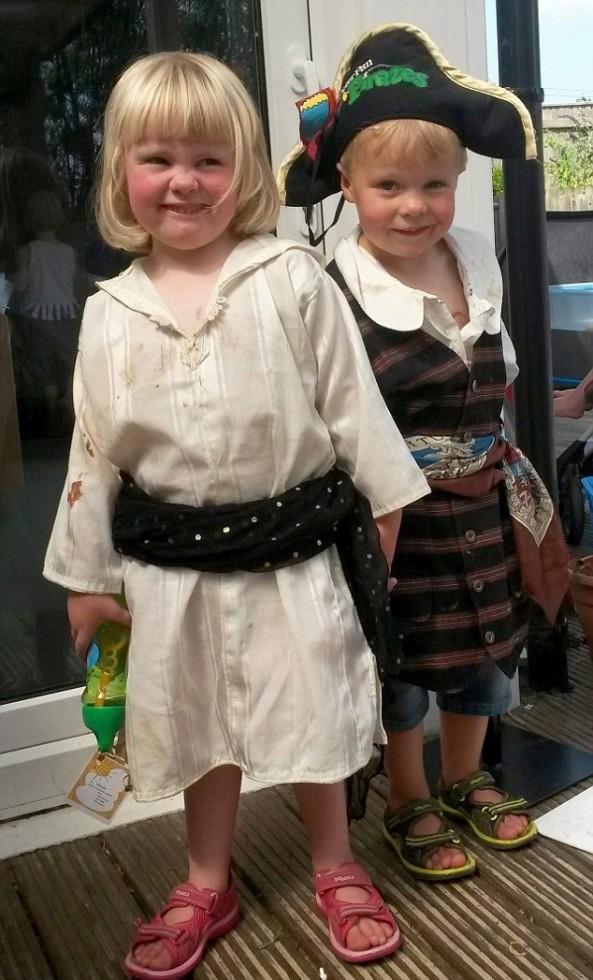 """Απίστευτο: 4χρονη διαγνώσθηκε με όγκο εγκεφάλου ενώ ο δίδυμος αδελφός της """"μαχόταν"""" με λευχαιμία"""