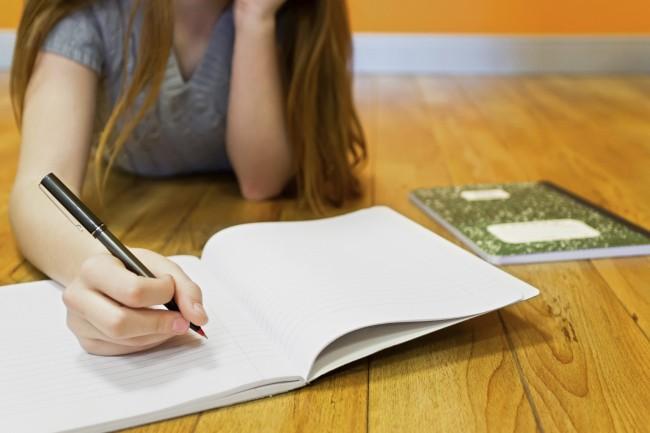 ΕΝΟΡΙΟΝ: Μήπως η στάση που γράφει το παιδί σας δεν είσαι σωστή; Δείτε πώς  πρέπει να κάθεται ώστε να μην κουράζεται