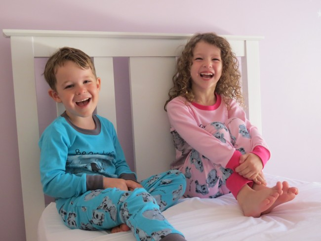 oth_kids_on_bed