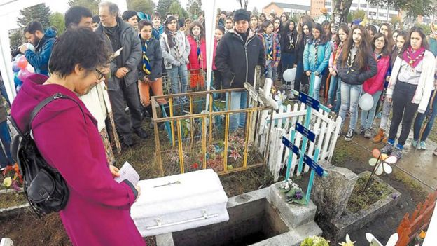 _82542333_burial-small-coffin-fb624