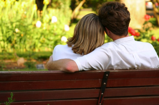 couple-on-park-bench