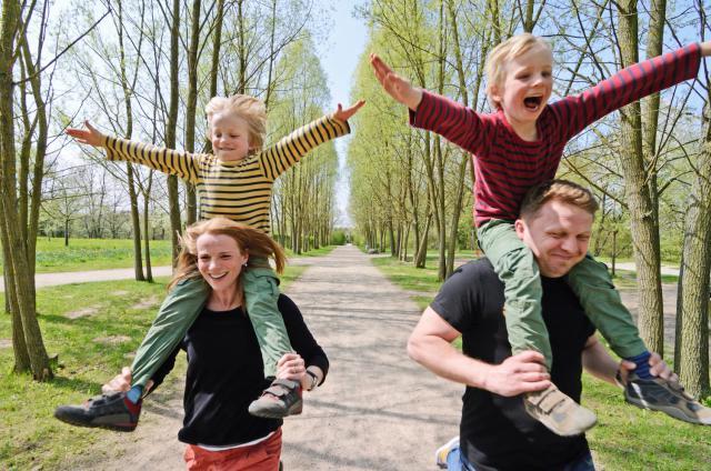 twins-on-parents-shoulders-outside