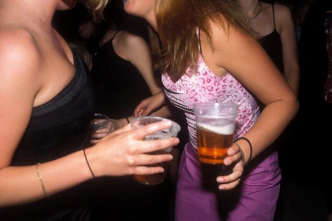 girls_drinking