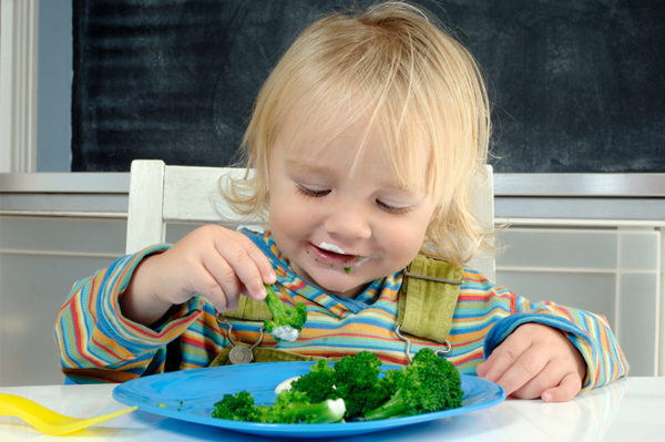 child-eating-broccoli