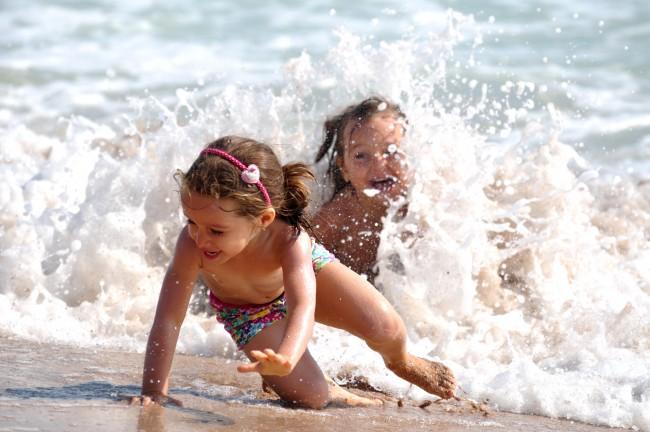 Παιδί και μπάνιο στη θάλασσα – Δείτε πόσο εύκολα μπορεί να συμβεί το κακό