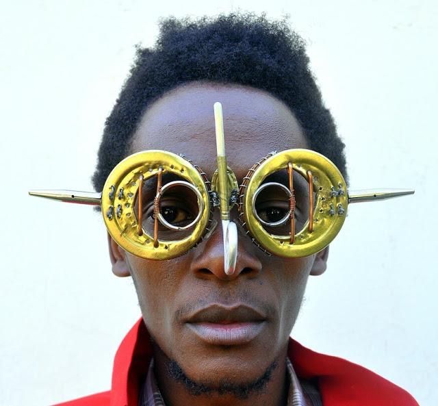 Του κόσμου τα παράξενα: Cyrus Kabiru: Τέχνη από εγκαταλελειμμένα αντικείμενα και σκουπίδια!