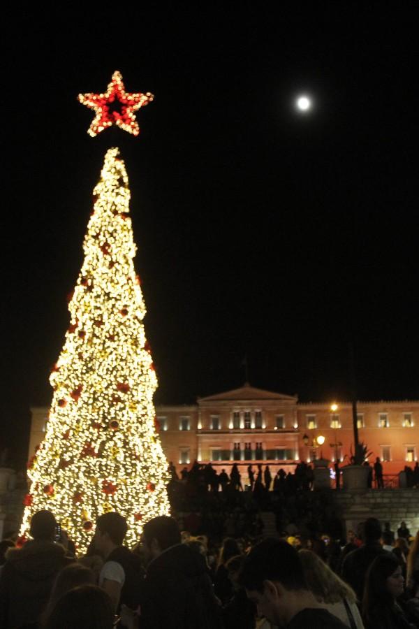 Σε γιορτινή ατμόσφαιρα φωταγωγήθηκε η Αθήνα – Ο Ρουβάς έδωσε τον παλμό στη σημερινή γιορτή