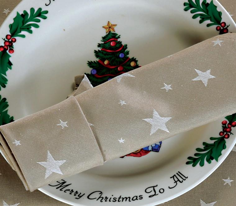 Χριστουγεννιάτικη ατμόσφαιρα στο σπίτι με γιορτινά χρώματα και υφάσματα!
