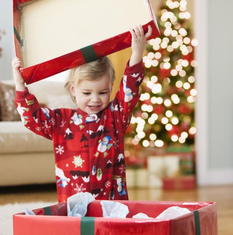 kid-happily-open-the-Christmas-gift