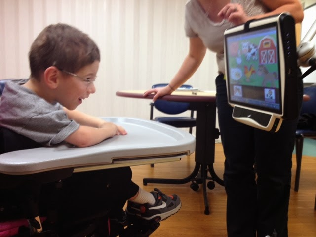 Τόμπιι: Η ειδική συσκευή που βοηθάει παιδιά με σοβαρές νευρολογικές παθήσεις να επικοινωνήσουν με τα μάτια