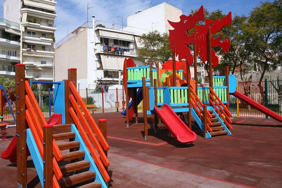 Τα παιδιά του Πειραιά απολαμβάνουν το παιχνίδι στις ολοκαίνουργιες παιδικές χαρές του δήμου