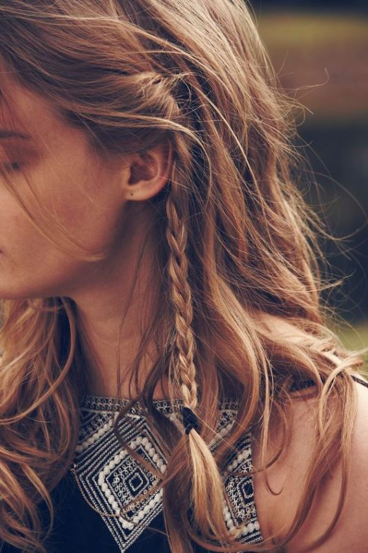Τα «κρυφά» braids έχουν γίνει  η εμμονή των fashion girls