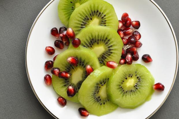 kiwi-slices-with-pom-seeds_620px