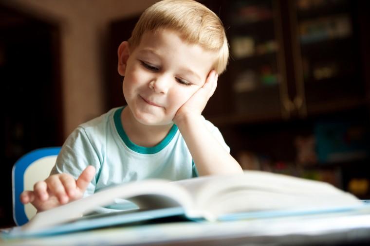 Τι να κάνετε αν το παιδί σας διαβάζει αργά και διστακτικά