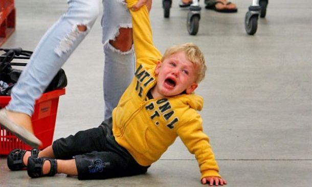 """""""Πέφτει κάτω, χτυπιέται και κλαίει. Τι να κάνω;"""" – Τι είναι το tantrum και τρόποι αντιμετώπισης"""