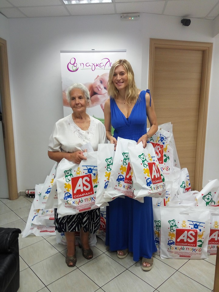 """Η Ζέτα Δούκα με την Βαρβάρα Μεταλληνού, Πρόεδρο του Συλλόγου Προστασίας Αγέννητου Παιδιού """"Η Αγκαλιά"""""""