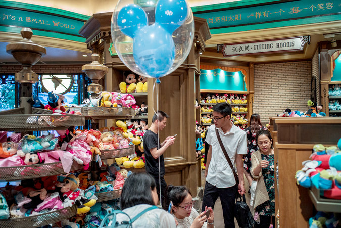 15chinadisney-shopping-master675