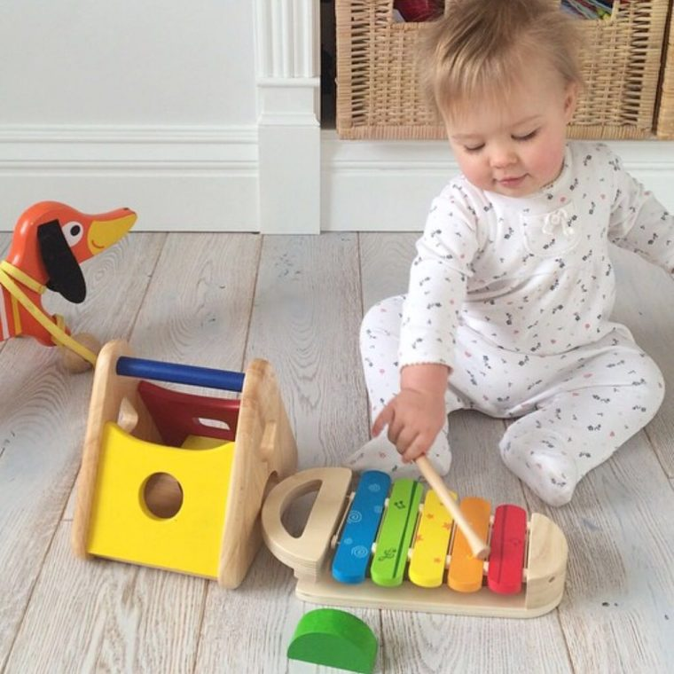 Από την ηλικία των 11 μηνών το μωρό μας μπορεί να αρχίσει σιγά σιγά να  μαθαίνει να ξετυλίγει αντικείμενα. Φροντίζουμε σε αυτό το στάδιο να του  δίνουμε ... 43124214590