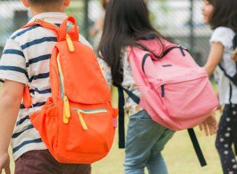 """Λέμε """"όχι"""" στις ασήκωτες σχολικές τσάντες - Συμβουλές για να """"νικήσουν"""" οι μαθητές τους πόνους στην πλάτη"""