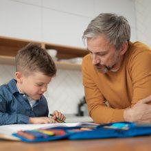 """""""Κάτσε να διαβάσουμε τα μαθήματά σου, παιδί μου"""": Γονείς, δεν πρέπει να εμπλέκεστε με το διάβασμα των παιδιών"""