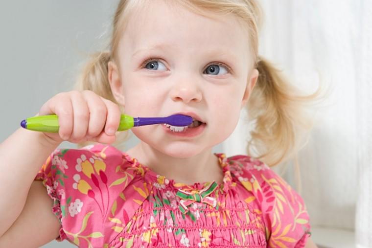 «Το γάλα κάνει καλό»… και άλλοι 4 μύθοι για τα δόντια των παιδιών