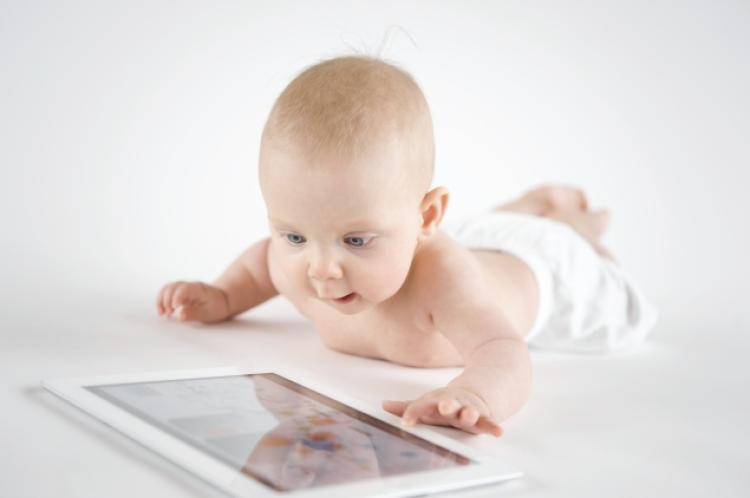 «Μην αφήνετε μωρά κάτω των 18 μηνών να παίζουν με οθόνες» – Η νέα αυστηρή οδηγία των παιδιάτρων