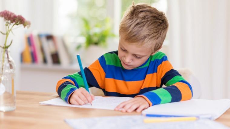 """""""Επιχείρηση διάβασμα στο σπίτι"""": Μια δασκάλα και μια μαμά μάς εξηγούν γιατί οι γονείς δεν πρέπει να εμπλέκονται στη μελέτη των παιδιών"""