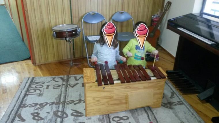 2 παιδάκια κερδίζουν δωρεάν συμμετοχή για ένα μήνα στο εργαστήρι μουσικοκινητικής αγωγής συστήματος Orff στο Εθνικό Ωδείο – Παράρτημα Καλλιθέας