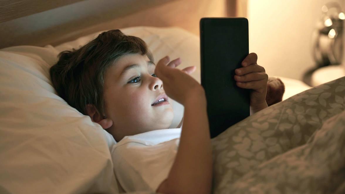 Tablet και smartphone σαμποτάρουν τον ύπνο παιδιών και εφήβων