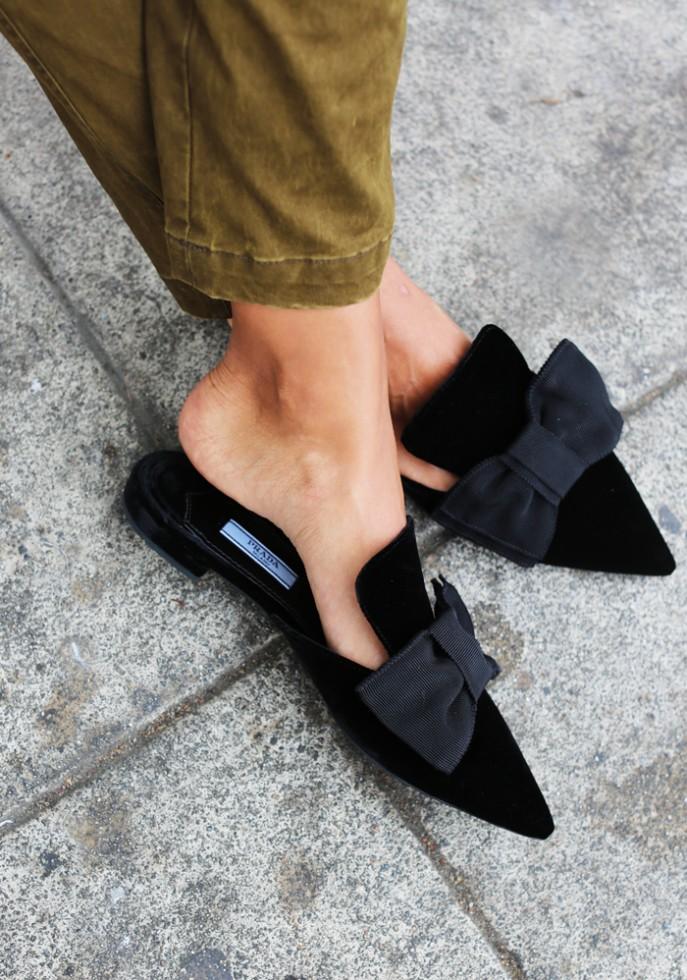 Ένα ζευγάρι ξώφτερνα φλατ παπούτσια