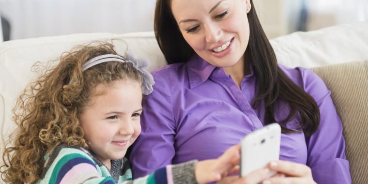 Γονείς, σας έχουμε καλά νέα! 5 «δουλειές» που μπορείτε να κάνετε μέσω του smartphone σας