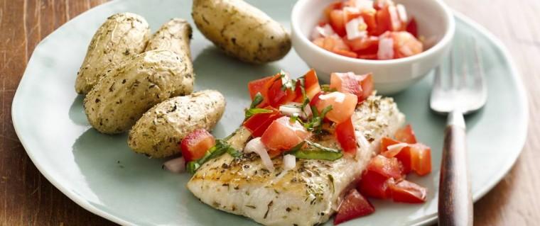 Ψάρι στο αλουµινόχαρτο με ντομάτες