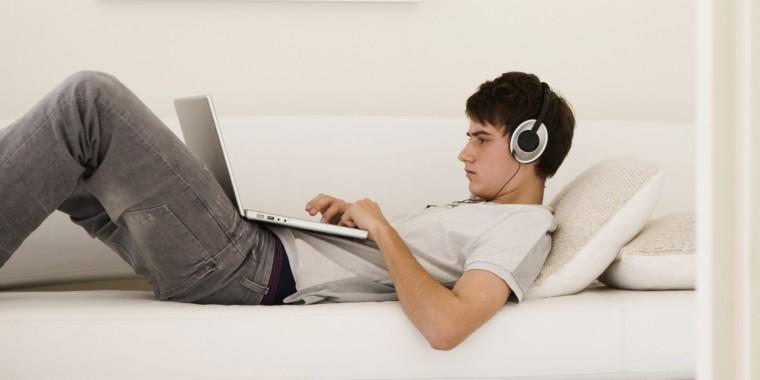 4 ώρες μπορούν οι έφηβοι να σπαταλούν σε οθόνες και 2 ώρες στο κινητό τους  χωρίς παρενέργειες