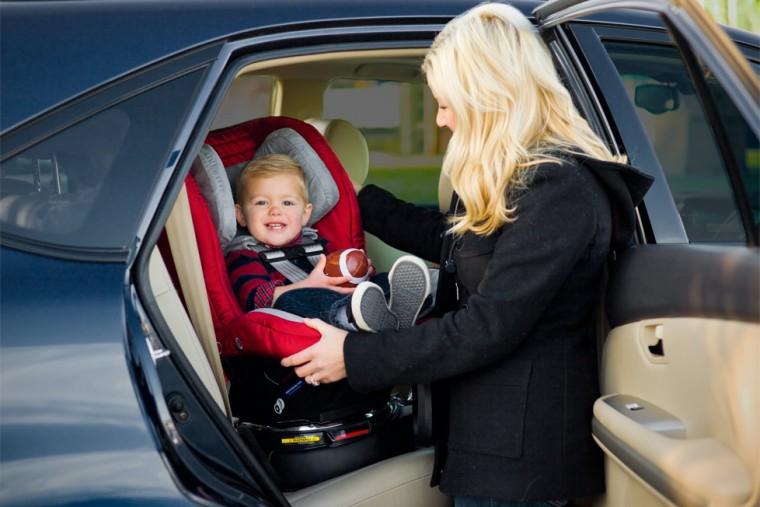 Αυτός είναι ο λόγος που τα παιδιά δεν πρέπει να φοράνε μπουφάν όταν κάθονται στο παιδικό κάθισμα του αυτοκινήτου
