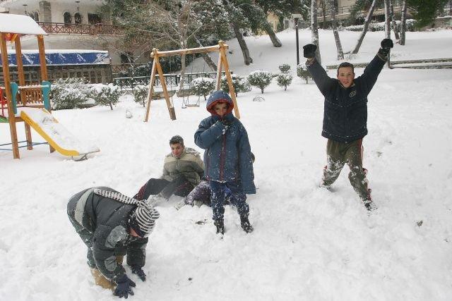 παιδιά παίζουν στο χιόνι