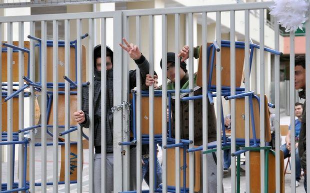 Βόλος: Γονείς και μαθητές πιάστηκαν στα χέρια σε υπό κατάληψη σχολείο – Γροθιές και αίματα με φόντο το λουκέτο